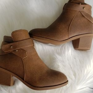 🔴Little girl taupe criss cross booties